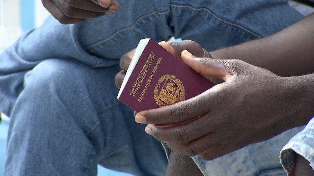 Senegaleses participam de mutiro para retirada de documentos em Pernambuco Foto ReproduoTV Globo