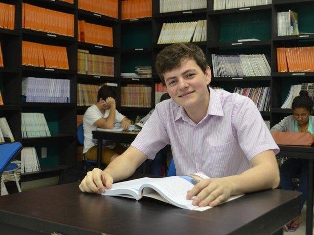 Jovem de 17 anos aprovado em 2 lugar toma posse no TRERR