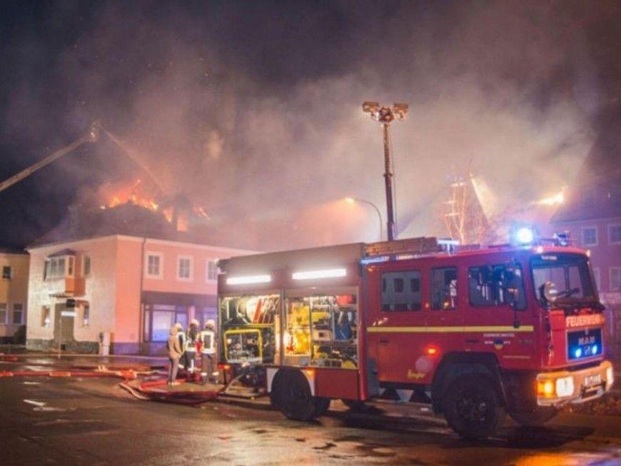 Moradores de cidade alem comemoram incndio em centro de refugiados