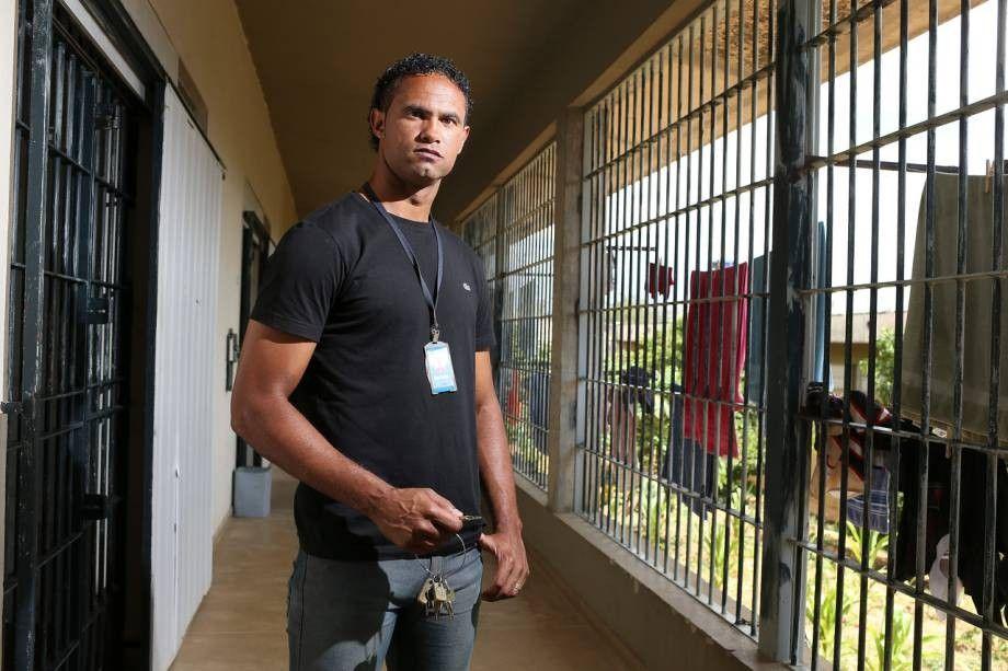 Na cadeia ex-goleiro Bruno carrega as chaves da prpria cela
