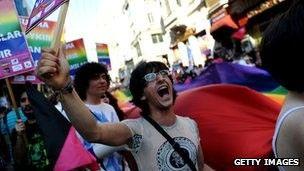 Turcos gays passam por humilhao para escapar do Exrcito